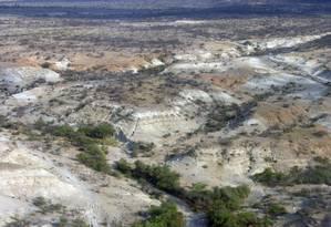 Vista aérea da região da Bacia de Olorgesailie, no Quênia, onde análises de sendimentos e achados fósseis e arqueológicos ligam mudanças climáticas a partir de 800 mil anos trás a alterações no comportamento e desenvolvimento de tecnologias por grupos humanos que lá habitavam Foto: Richard Potts/ Programa de Origens Humanas/Instituto Smithsonian