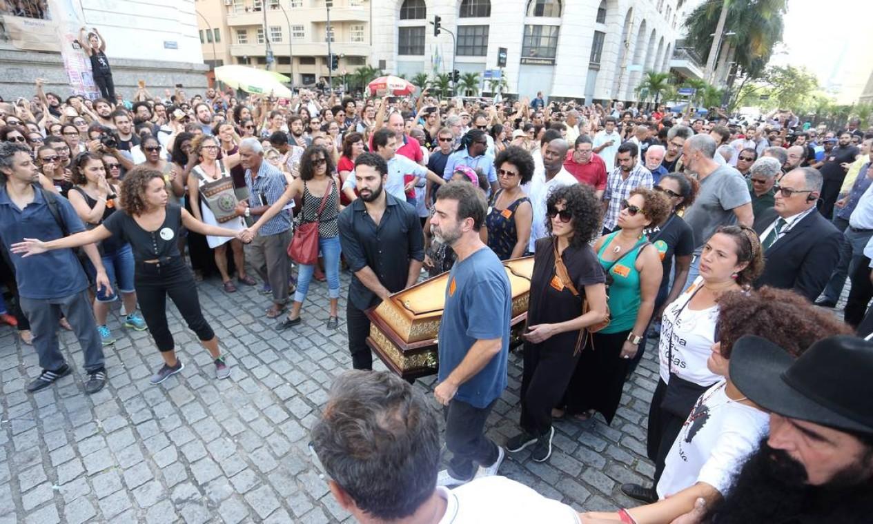A chegada dos caixões de Marielle e Anderson à Câmara de Vereadores do Rio no velório que marcou o início de inúmeras manifestações populares que passaram a ocorrer no Rio e no mundo por conta da morte da parlamentar Foto: Guilherme Pinto / Agência O Globo