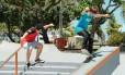 Digo (de blusa vermelha) e Diego se conheceram no condomínio onde moram, na Barra, e coeçaram a andar de skate juntos na infância Foto: Brenno Carvalho / Agência O Globo