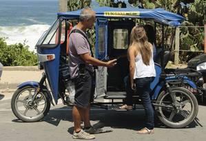 Em Itacoatiara, Xavier recebe passageira para passeio na orla da Região Oceânica Foto: Agência O Globo / Brenno Carvalho