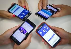 Aplicativo do Facebook em celulares Foto: Gustavo Azeredo/Agência O Globo/29-09-2017