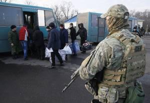 Prisoners of war (POWs) from the separatist self-proclaimed republics board a bus during the exchange of captives near the city of Bakhmut in Donetsk region, Ukraine December 27, 2017. REUTERS/Valentyn Ogirenko - UP1EDCR1CIRHY Foto: Valentyn Ogirenko / reuters/27-12-2017