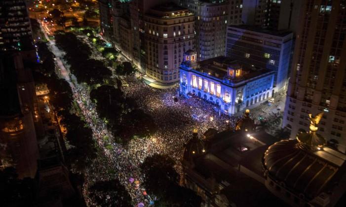 """""""Marielle, presente!"""", gritava a multidão que se reuniu nesta quinta-feira Foto: MAURO PIMENTEL / AFP"""