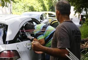 Agentes da Divisão de Homicidios realizaram nova perícia em veículo de Marielle nesta quinta-feira. Foto: PABLO JACOB / Agência O Globo