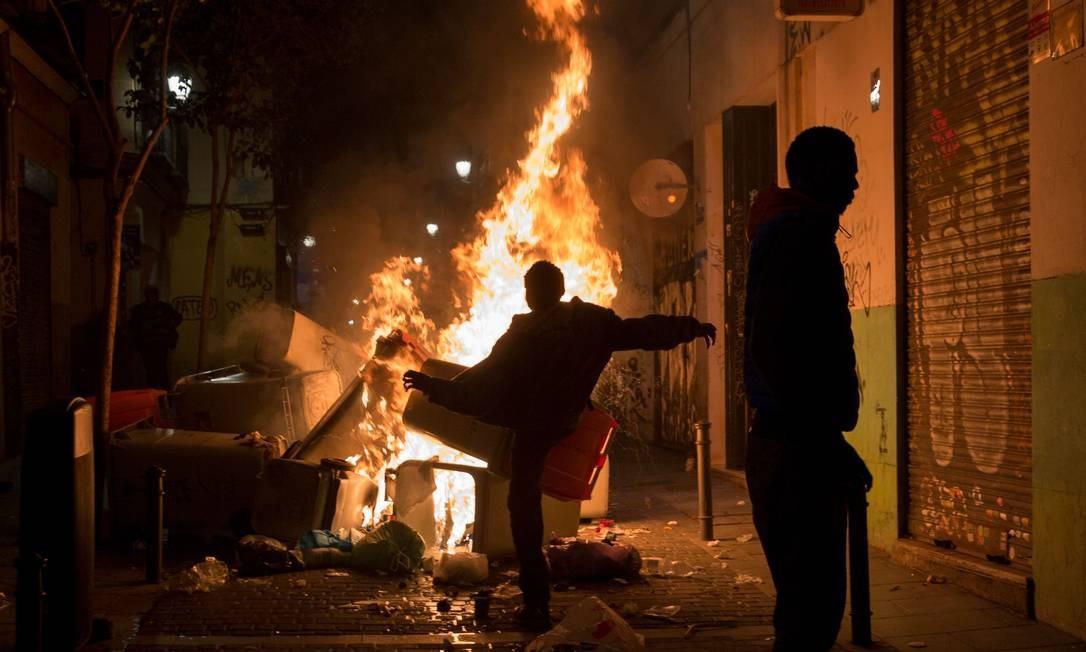 Protesto ocorreu após senegalês morrer no centro de Madri. Segundo manifestantes, ele havia sido perseguido pela polícia. Foto: OLMO CALVO / AFP
