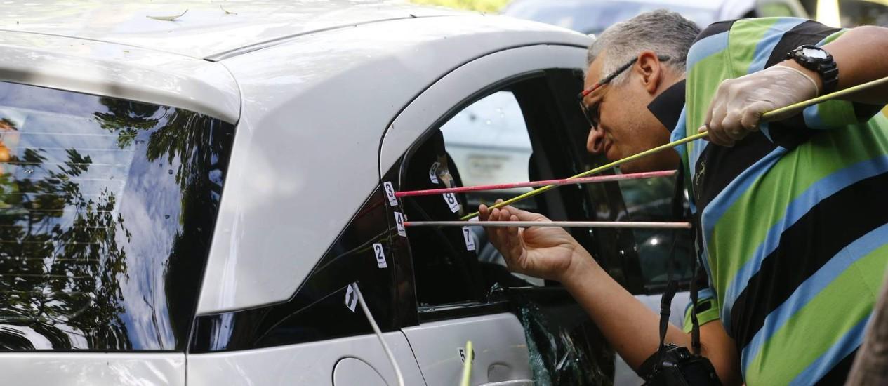 Perito analisa marcas de tiros no carro em que foram mortos a vereadora Marielle Franco (PSOL) e o motorista Anderson Pedro Gomes em 15/03/2018 Foto: Pablo Jacob / Agência O Globo