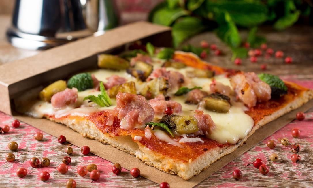 Vero. Em Roma como os romanos. A pizza al taglio de linguiça de pernil é temperada com cebola roxa e tomilho (R$15). Rua visconde de Pirajá 229, Ipanema (34978754). LipeBorges (lipeborges.com.br) / Divulgação/Lipe Borges