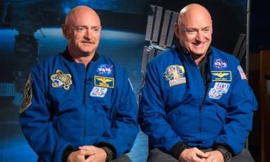 Os gêmeos astronautas Mark (esquerda) e Scott Kelly (direita): missão de longa duração no espaço ainda afetava funcionamento dos genes de Scott seis meses depois de sua volta à Terra, mas não alterou seu DNA em si Foto: Robert Markowitz /Nasa/Centro Espacial Johnson