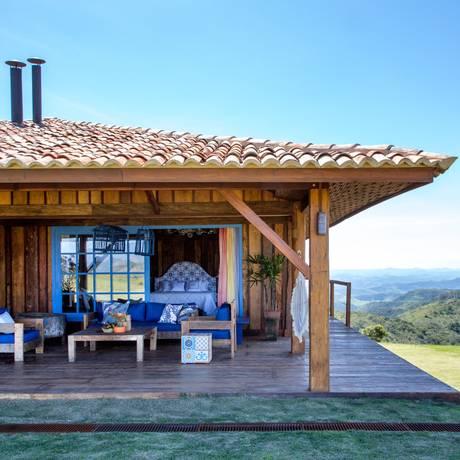 Em paz. A paisagista Sônia Infante usou madeira de demolição e ventilação cruzada nesta casa de campo em Petrópolis Foto: Andre Nazareth / Andre Nazareth/DIVULGAÇÃO