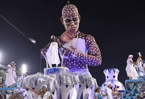 Carro da Acadêmicos do Sossego no carnaval deste ano: a representação de um iaô, iniciando do candomblé, parte do enredo