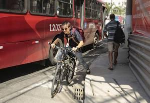 Perigo. Ciclista se espreme entre o ônibus e o meio-fio em trecho da Avenida Marquês do Paraná que deveria ligar as ciclovias do Centro às ciclofaixas de Icaraí Foto: Brenno Carvalho / Brenno Carvalho