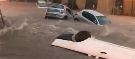 Chuva arrasta carros em Belo Horizonte Foto: Reprodução