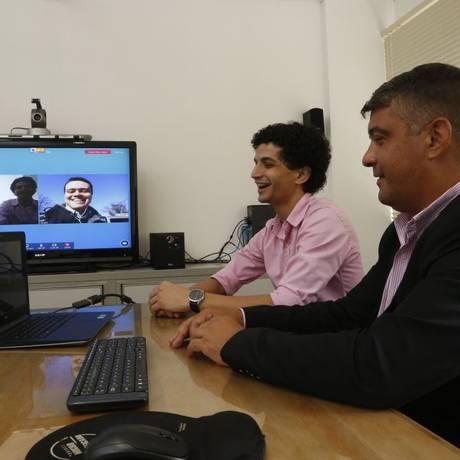 Conexão. Bruno (ao fundo) e Igor em videoconferência com parceiro de Nova York Foto: Fábio Guimarães / fábio Guimarães
