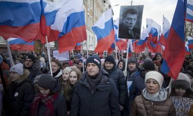 Alexei Navalny (centro) lidera homenagem a líder opositor Boris Nemtsov, no mês passado: ativista alerta para risco de manipulação na eleição de domingo Foto: Pavel Golovkin / AP/25-2-2018