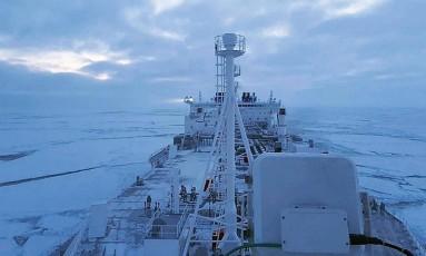 O cargueiro Eduard Toll viajou pelo Ártico em janeiro de 2018: foi a primeira vez que uma embarcação comercial passou pela região no inverno sem quebra-gelo Foto: Divulgação/Teekay