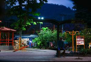 Moradores relatam medo de frequentar a Praça do Engenho do Mato, principal área de lazer do bairro Foto: Brenno Carvalho / Agência O Globo