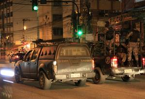 PMs do batalhão de choque nos acessos à comunidade, no fim da noite desta setxa-feira Foto: Uanderson Fernandes / Agência O Globo