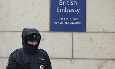 Policial russo em frente à embaixada britânica em Moscou Foto: DAVID MDZINARISHVILI / REUTERS