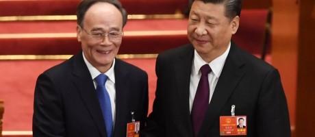Wang Qishan e Xi Jinping se cumprimentam no Congresso Nacional do Povo, em Pequim Foto: GREG BAKER / AFP
