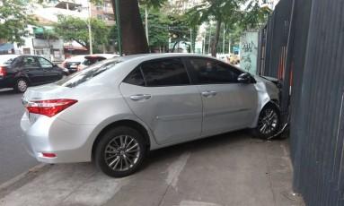 Carro roubado foi abandonado na fuga Foto: Letycia Cardoso