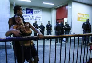 Tiroteio no Alemão deixa uma criança morta. Na foto, avó da criança morta na porta do Hospital Getulio Vargas Foto: Uanderson Fernandes / Agência O Globo