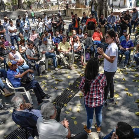 Venezuelanos se reúnem ao ar livre em Caracas Foto: JUAN BARRETO / AFP