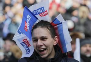 Jovem participa de comício pró-Putin em Moscou Foto: MAXIM SHEMETOV / REUTERS