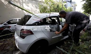 Agentes da Divisão de Homicidios fazem perícia no carro da vereadora Marielle Franco Foto: Pablo Jacob / Agência O Globo