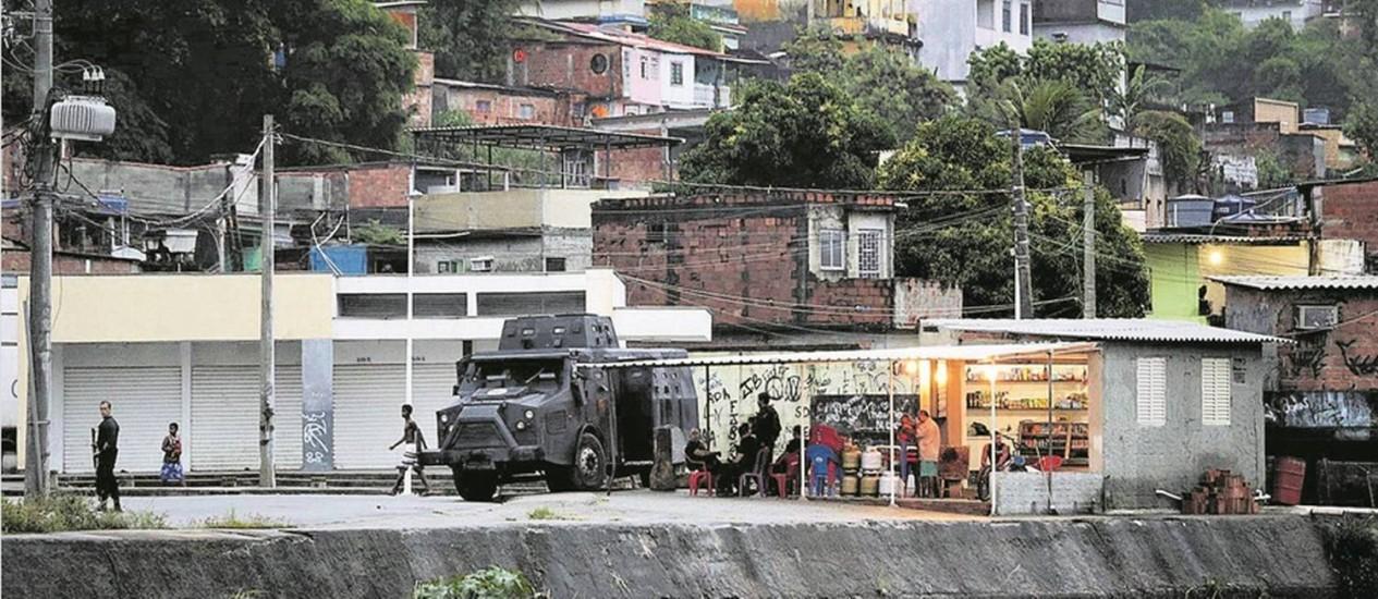 A comunidade de Acari, uma das mais pobres da cidade, convive há anos com o domínio do tráfico: nos anos 1990, 11 jovens desapareceram no local e nunca foram achados Foto: Marcio Alves