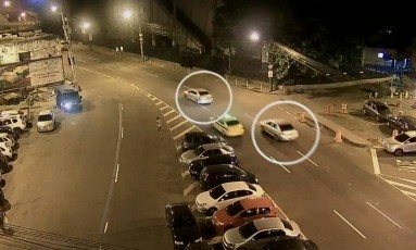 Veículos pratas passam logo após carro de Marielle Foto: Reprodução TV Globo