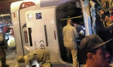 Veículo bateu em um poste durante o trajeto entre Rio das Pedras e Curicica Foto: Reprodução do Facebook