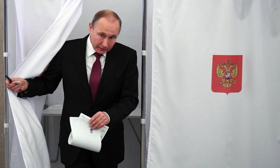 Putin logo após depositar seu voto na seção da Academia de Ciências da Rússia Foto: YURI KADOBNOV / AFP