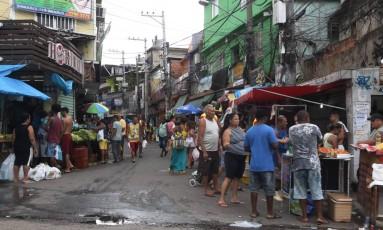 Moradores usam as redes sociais para relatar o clima tenso na comunidade Foto: Pedro Teixeira / Agência O Globo