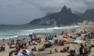 A movimentação na Praia de Ipanema na manhã deste domingo Foto: Márcia Foletto / Agência O Globo