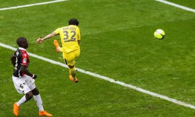 Daniel Alves sobe com estilo para marcar, de cabeça, o gol de vitória do PSG Foto: VALERY HACHE / AFP