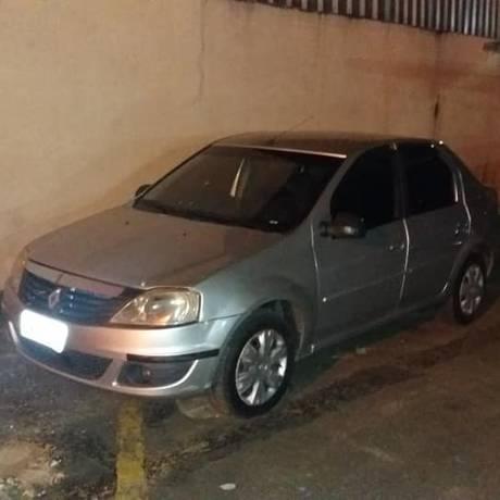 Veículo de cor prata com placa do Rio de Janeiro foi abandonado em Ubá Foto: Reprodução/WebTvMinas