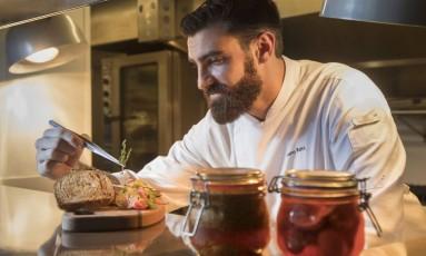 Chef Bruno Katz finaliza entrada com pate fois gras e fermentados, no Restaurante Nosso Foto: Ana Branco / Agência O Globo