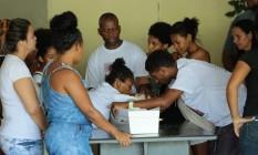 Paloma debruçada sobre caixão do filho: dor e revolta Foto: Brenno Carvalho / Agência O Globo