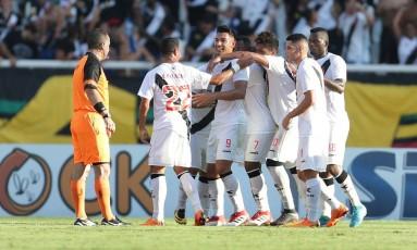 Vascaínos comemoram um dos gols sobre o Botafogo Foto: Márcio Alves / Agência O Globo
