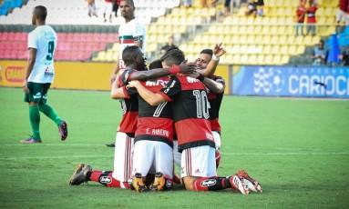 Jogadores do Flamengo comemoram na goleada sobre a Portuguesa, por 4 a 0 Foto: Staff Images/Flamengo