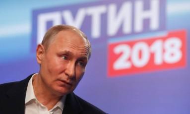 Vladimir Putin durante entrevista coletiva em Moscou em seu comitê de campanha Foto: SERGEI CHIRIKOV / AFP