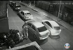 O carro dirigido por Anderson passa colado ao veículos dos possíveis assassinos Foto: Reprodução