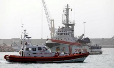 """""""Open Arms"""", barco utilizado por ONG espanhola para resgatar refugiados, foi bloqueado pela justiça italiana no último domingo Foto: ANTONIO PARRINELLO / REUTERS"""
