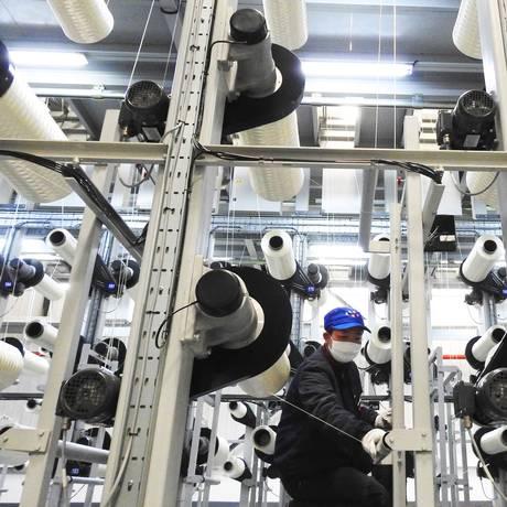 Linha de produção de uma indústria de fibra de carbono em Lianyungang, na China. Foto: AFP Foto: -