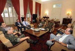 Governador Pezão em reunião com o General Braga Netto na tarde desta segunda-feira Foto: Divulgação / Carlos Magno