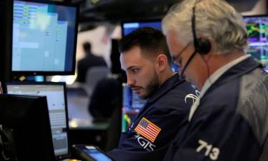 Operadores da Bolsa de Nova York Foto: ANDREW KELLY / REUTERS/14-3-2018