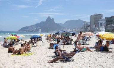 Calor no Rio levou cariocas às praias da cidade Foto: Guilherme Pinto / Agência O Globo