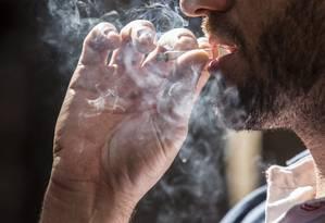 Tabagismo é comprovadamente responsável por danos à saúde, especialmente câncer de pulmão Foto: Ana Branco / Agência O Globo