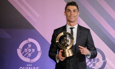 Cristiano Ronaldo e seu novo troféu Foto: Divulgação/Federação Portuguesa