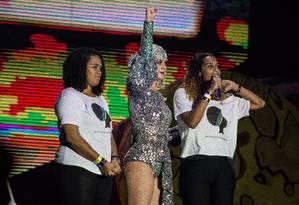 A cantora homenageou a vereadora Marielle Franco, com projeções no telão Foto: Taty Larrubia / Zimel / Agência O Globo
